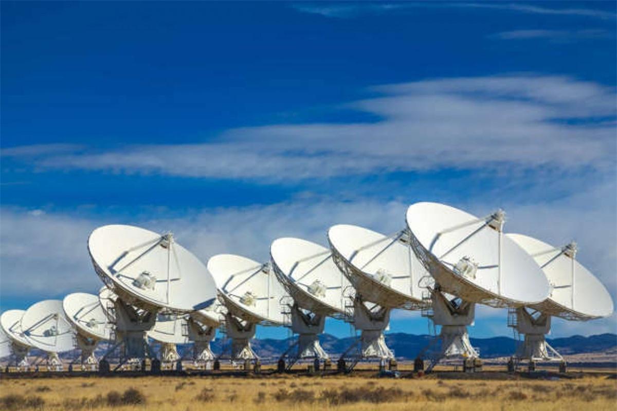 Các ăng ten radio khổng lồ và các kính thiên văn đã được sử dụng để gửi đi và lắng nghe tín hiệu radio có thể được truyền tới. Các phương pháp khác cũng được sử dụng. Tuy nhiên, có nhiều vấn đề khi sử dụng tần số radio để xác định liệu sự sống thông minh có tồn tại ngoài Trái Đất hay không.