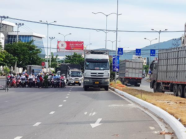 Trên tuyến đường Ngô Quyền, 2 làn giữa được phép chạy thông suốt (không dừng lại), chốt các điểm rẽ vào 2 làn trong (hai bên) đi vào các khu dân cư.