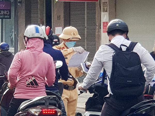 Kiểm tra Giấy đi đường trong thời gian thực hiện giãn cách xã hội toàn TP theo Chỉ thị 05/CT-UBND của Chủ tịch UBND TP Đà Nẵng