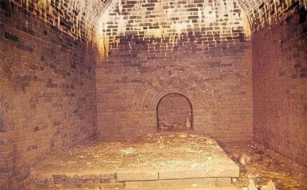 Tên trộm kiên trì nhất lịch sử: Xây nhà trên mộ để đào trộm suốt 20 năm nhưng sai lầm phút cuối khiến bao công sức đổ bể! - Ảnh 3.