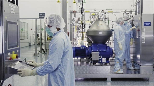 Các nhà khoa học làm việc với lò phản ứng sinh học ở New York, Mỹ. Ảnh: Regeneron.