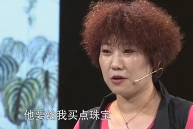 Quá tức giận vì chồng dồn hết tiền đi mua tranh, người phụ nữ đã mang tới chương trình nhờ kiểm định. (Ảnh: Baidu)