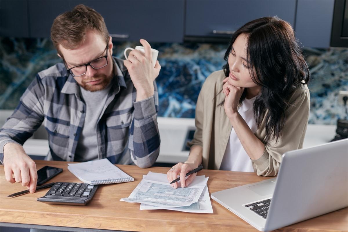 Hai vợ chồngnên thảo luận xem liệu cả hai sẽ sử dụng tài khoản ngân hàng chung hay riêng. Nguồn: Pexels