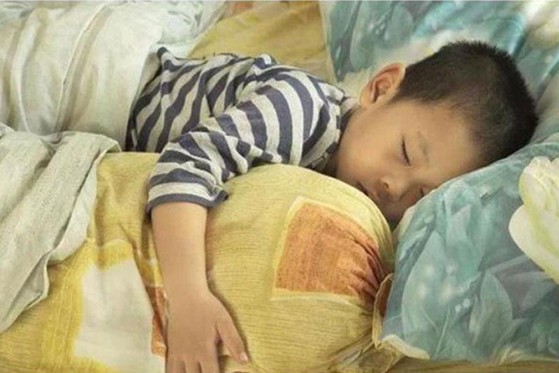 Thói quen đi ngủ này chính là thủ phạm làm con thấp còi so với bạn đồng trang lứa, phụ huynh nên chú ý thay đổi