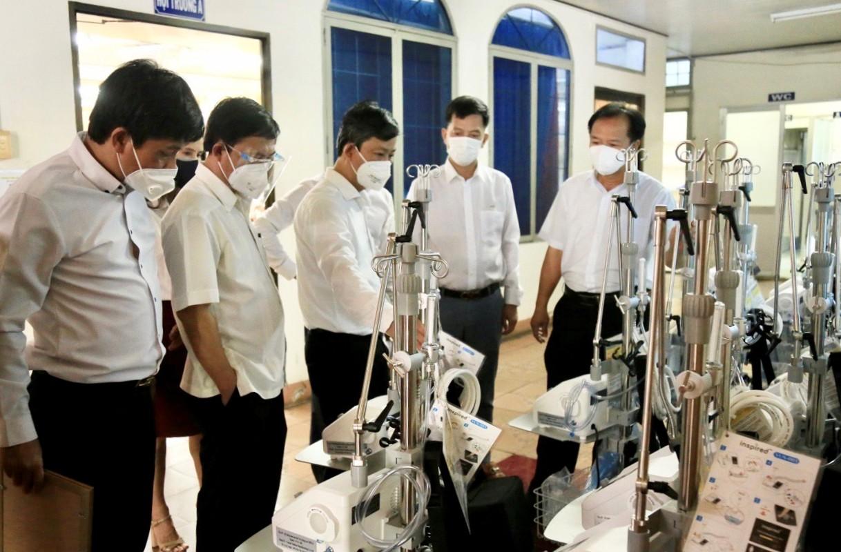 Lãnh đạo tỉnh Bình Dương tiếp nhận các thiết bị y tế do Hội Doanh nhân trẻ trao tặng.