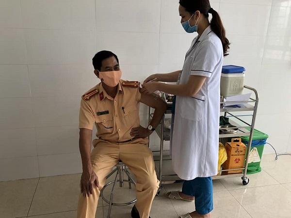 Chiến sĩ công an ở Quảng Ninh tiêm vaccine Sinopharm.