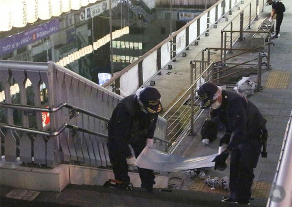 Cảnh sát Nhật Bản khám nghiệm hiện trường. Ảnh: Sankei News