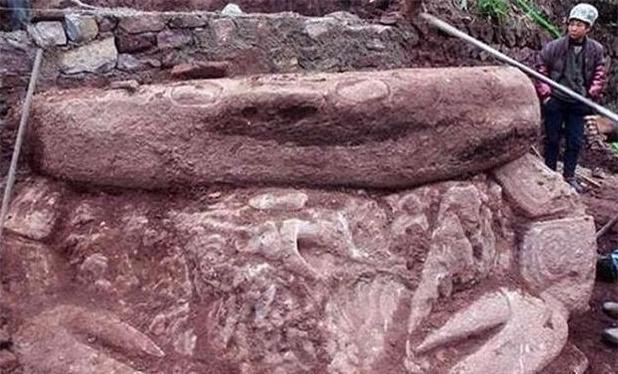 Đào đất tìm thấy tảng đá nặng 20 tấn, người công nhân hốt hoảng: Lại đây xem nó có hình gì! - Ảnh 3.