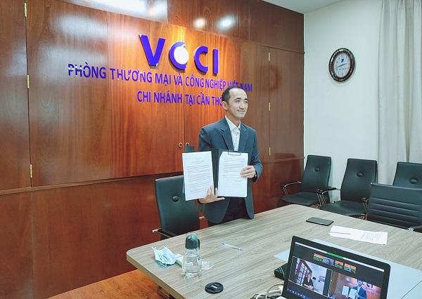 Ông Nguyễn Phương Lam – Giám đốc VCCI Cần Thơ trong đã ký kết vào văn bản hợp tác.