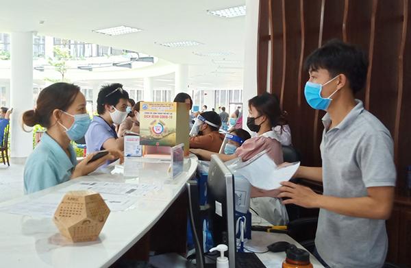 Các doanh nghiệp tới nộp hồ sơ đề nghị cấp Giấy đi đường tại BQL Khu Công nghệ cao và các KCN Đà Nẵng...