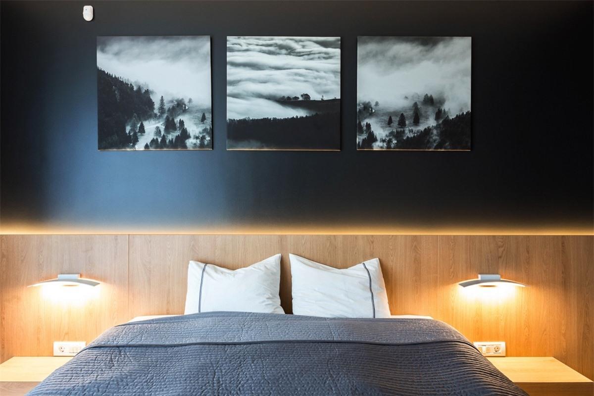 Tạo một phòng ngủ trưng bày nghệ thuật với những bức tranh là bản in đen trắng cùng những phụ kiện trang trí đi kèm.