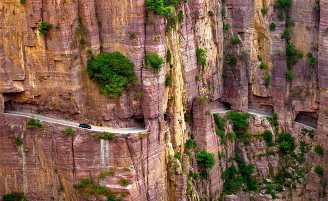 Độc đáo ngôi làng trên cao, nơi người dân tự tay đào 1,2km đường hầm xuyên núi để xuống dưới xuôi - Ảnh 1.