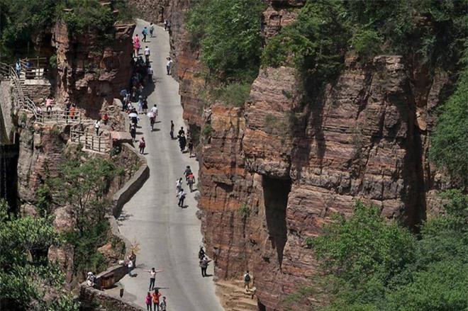 Độc đáo ngôi làng trên cao, nơi người dân tự tay đào 1,2km đường hầm xuyên núi để xuống dưới xuôi - Ảnh 11.