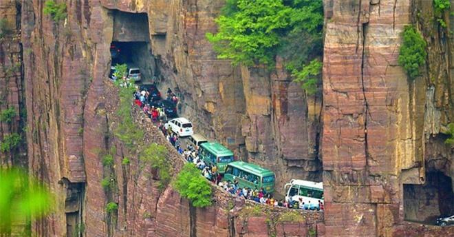 Độc đáo ngôi làng trên cao, nơi người dân tự tay đào 1,2km đường hầm xuyên núi để xuống dưới xuôi - Ảnh 9.