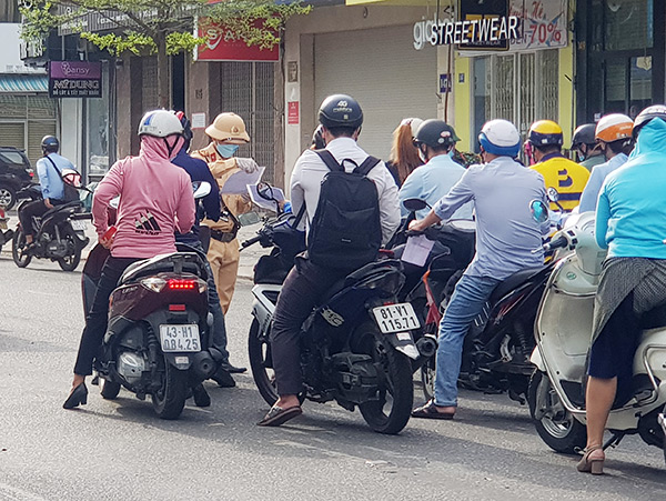 Lực lượng làm nhiệm vụ kiểm soát Giấy đi đường tại các chốt phòng dịch trên địa bàn Đà Nẵng cũng có nguy cơ lây nhiễm cao