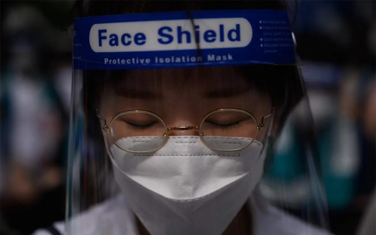 Một nhân viên y tế Hàn Quốc đeo tấm chắn bảo vệ để ngăn ngừa Covid-19. Ảnh: AFP.