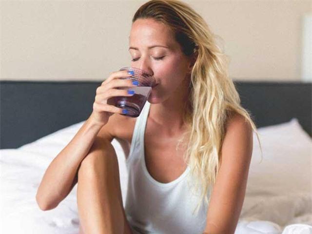 Không uống nước trước khi đi ngủ làm tăng nhiều nguy cơ sức khỏe: Ly nước cuối cùng trong ngày nên uống thế nào cho đúng? - Ảnh 1.