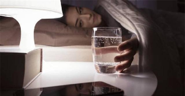 Không uống nước trước khi đi ngủ làm tăng nhiều nguy cơ sức khỏe: Ly nước cuối cùng trong ngày nên uống thế nào cho đúng? - Ảnh 2.