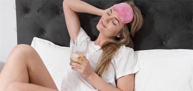 Không uống nước trước khi đi ngủ làm tăng nhiều nguy cơ sức khỏe: Ly nước cuối cùng trong ngày nên uống thế nào cho đúng? - Ảnh 3.