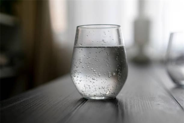 Không uống nước trước khi đi ngủ làm tăng nhiều nguy cơ sức khỏe: Ly nước cuối cùng trong ngày nên uống thế nào cho đúng? - Ảnh 4.