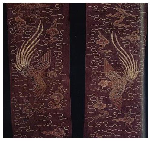 Tấm áo đại sam thêu hình phượng được tìm thấy trong ngôi mộ. Hình ảnh: Net Ease