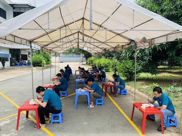 """Công ty 3D Hub Global dựng mái rạp ngoài trời để tổ chức cho công nhân ăn uống khi thực hiện """"3 tại chỗ""""."""