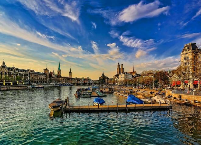 Thủ đô của Thụy Sĩ là thành phố Bern. Tuy nhiên, với sự phát triển của Geneva, Zurich, 2 thành phố này luôn bị nhầm là thủ đô. Zurich là thành phố lớn nhất Thụy Sĩ, được biết đến như trung tâm văn hóa, thương mại, nơi chất lượng cuộc sống được đánh giá hàng đầu thế giới. Geneva nhỏ hơn Zurich, với diện tích chỉ chưa đầy 16 km2 nhưng lại rất nổi tiếng vì có trụ sở lớn thứ hai của Liên Hợp Quốc (sau trụ sở chính ở New York, Mỹ) và trụ sở Ủy ban Chữ thập đỏ quốc tế. Ảnh: Unsplash.