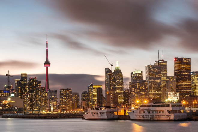 Với diện tích khoảng 630 km2, Toronto là thành phố lớn nhất Canada. Kể từ những năm 1950, thành phố này đã phát triển trở thành một trong những trung tâm đô thị của đất nước nước này và thường bị nhầm là thủ đô. Tuy nhiên, Ottawa, thành phố lớn thứ 4 mới là thủ đô của quốc gia Bắc Mỹ này. Ảnh: Unsplash.