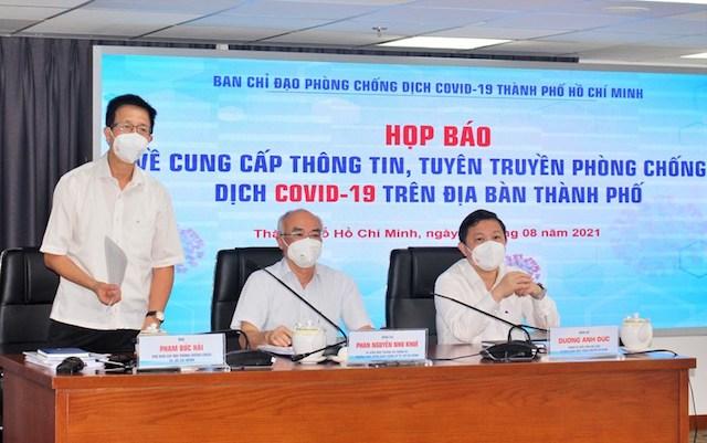 Ông Phạm Đức Hải (đứng), Phó ban chỉ đạo phòng chống COVID-19 TP Hồ Chí Minh tại buổi họp báo trưa 20/8