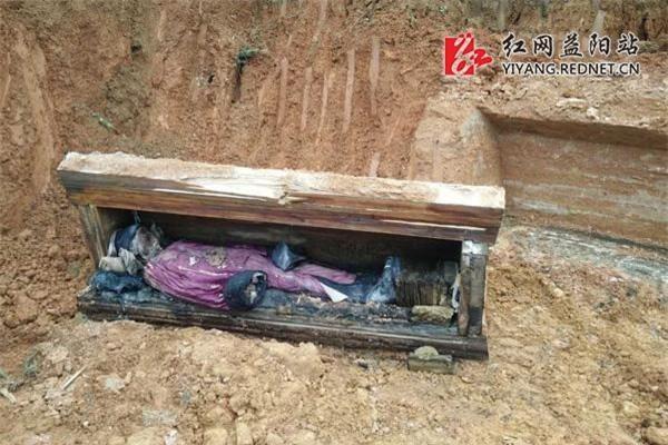 """Từ 4 chữ """"người mở sẽ chết"""" trên quan tài của cháu gái Hoàng hậu đến thi thể nữ mặc long bào, hé lộ loạt bí ẩn về mộ cổ Trung Hoa - Ảnh 4."""