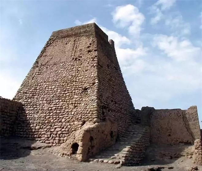 Khai quật ngôi mộ trải vàng ở vùng Tân Cương, đội khảo cổ ngỡ ngàng khi thấy thi hài chủ mộ: Thủng một lỗ giữa sọ! - Ảnh 1.