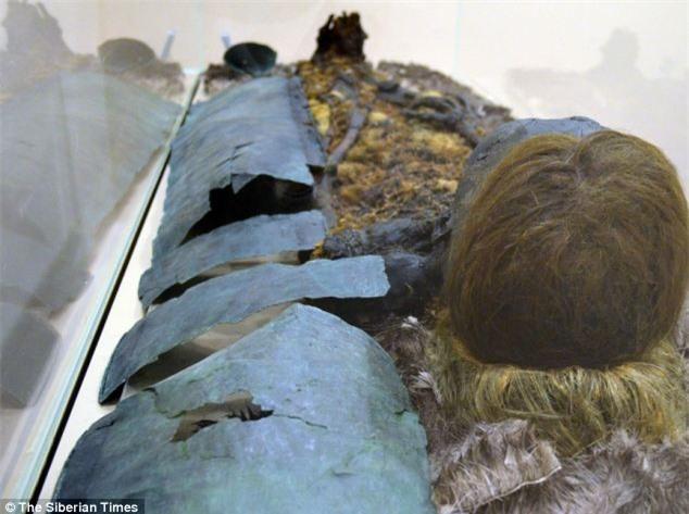 """Tìm thấy nhiều xác ướp tại một khu mộ chôn cất bí ẩn, các nhà khoa học sửng sốt khi nhìn vào khuôn mặt """"đen sì"""", tóc vàng chóe nguyên vẹn cùng nụ cười đầy bí hiểm - Ảnh 1."""