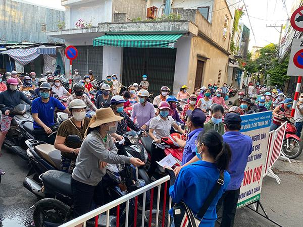 """Người dân đổ xô đến các chợ trong 4 ngày trước khi Đà Nẵng áp dụng """"7 ngày ở yên một chỗ"""". Lẫn trong số đó có rất nhiều trường hợp mà nay phát hiện dương tính với SARS-CoV-2"""