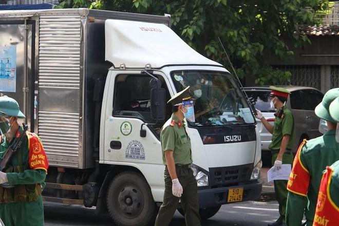 Gần 700 doanh nghiệp '3 tại chỗ' cầu cứu tháo gỡ ách tắc về giấy đi đường.