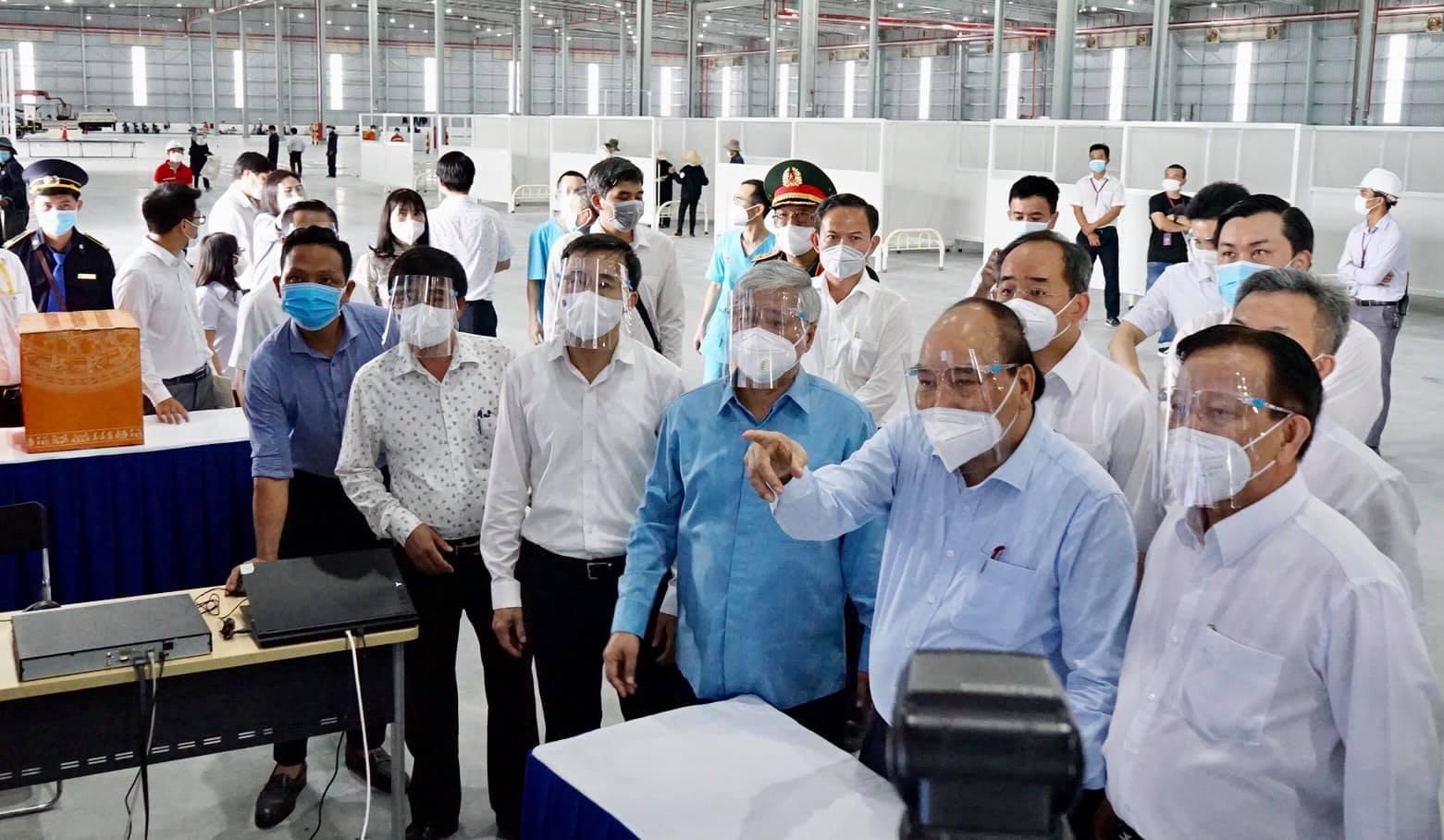 Chủ tịch nước Nguyễn Xuân Phúc thăm, kiểm tra cơ sở vật chất các bệnh viện dã chiến phục vụ công tác phòng chống dịch tại Bình Dương.