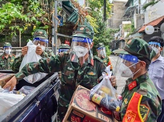 Quân đội tham gia phân phối thực phẩm thiết yếu tới tận nhà dân. Ảnh: VGP
