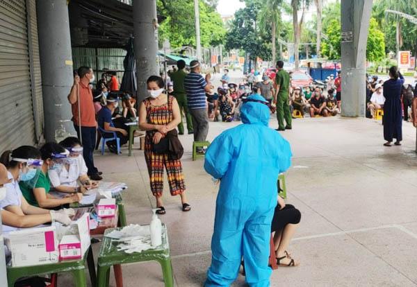 Cơ quan y tế lấy mẫu test nhanh tại chợ Vườn Hoa.