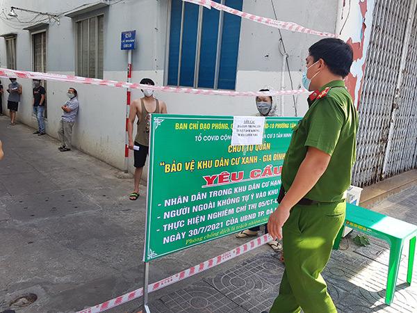 """Công an phường Tân Chính (quận Thanh Khê) giám sát người dân trong các kiệt, hẻm """"vùng xanh"""" đảm bảo tuân thủ 5K khi tham gia xét nghiệm"""