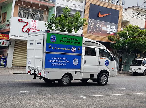 Xe tiêm vaccine lưu động của ngành y tế Đà Nẵng triển khai đến các điểm tiêm vaccine trên địa bàn TP