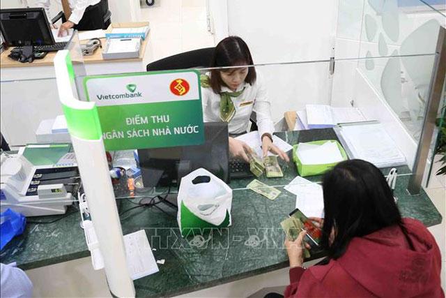 Người dân nộp thuế tại điểm thu Ngân hàng Vietcombank chi nhánh thành phố Cần Thơ. Ảnh tư liệu: Vũ Sinh/TTXVN