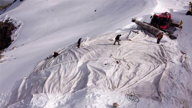 Chuyện lạ: Cứ vào mùa hè dân Thụy Sỹ lại cặm cụi đắp chăn cho sông băng trên núi - Ảnh 1.