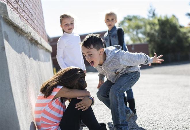 """Con gái bị bắt nạt ở trường, người mẹ trực tiếp """"dạy dỗ"""" khiến những kẻ bắt nạt chừa ngay và luôn - Ảnh 2."""
