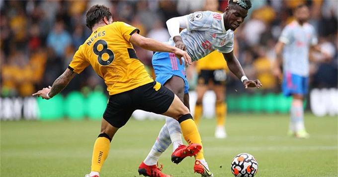 Pogba rõ ràng đã đá vào chân Neves