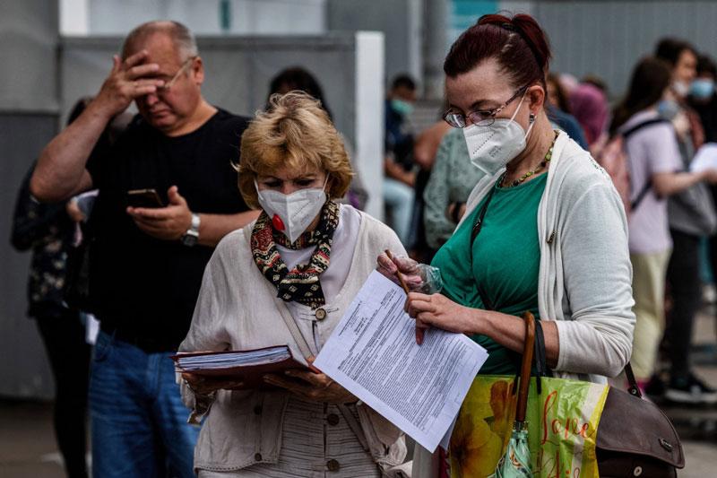 Người dân xếp hàng bên ngoài trung tâm tiêm vaccine ngừa Covid-19 tại Công viên Sokolniki ở thủ đô Moscow của Nga. Ảnh: AFP