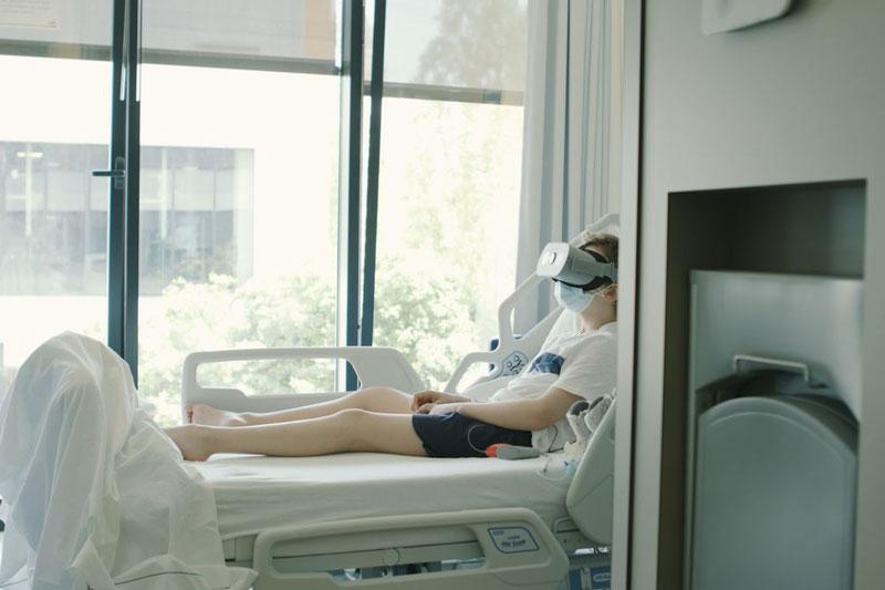 Bệnh viện Đại học Anvers của Bỉ đang thử nghiệm sử dụng kính thực tế ảo giúp mang lại thoải mái cho bệnh nhân COVID-19 nằm viện. Ảnh: Telenet Press