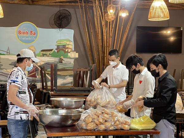 Mỗi ngày, có 200 ổ bánh mỳ được đều đặn phát ra cho lao động nghèo.