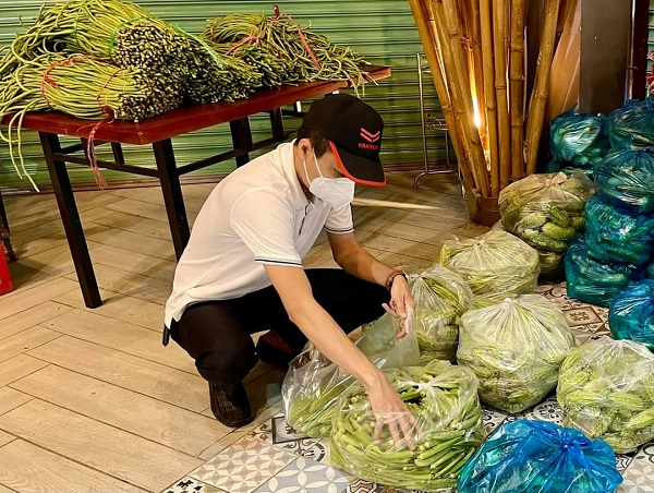 """Từ lúc giãn cách đến nay, công việc hằng ngày của anh là """"người phân rau củ""""."""