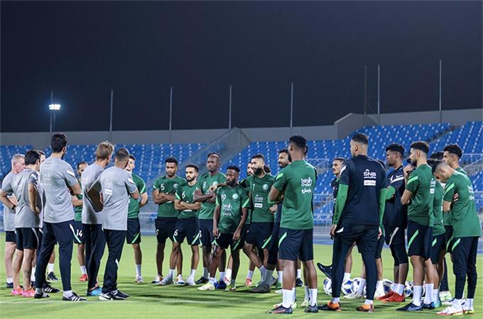 """Nếu nhìn từ vòng loại thứ 2 World Cup, """"tam giác vàng"""" của Herve Renard sẽ gồm đội trưởng Salman Al Faraj, Salem Al Dawsari và Saleh Alsehri, những người đã ghi 12/22 bàn cho Saudi Arabia. Với 9 cầu thủ từng tham dự VCK World Cup 2018 cùng với những ngôi sao đang lên, có vẻ như HLV Herve Renard muốn tạo ra một trận """"bão cát sa mạc"""" để tiếp đón những vị khách đến từ Đông Nam Á."""