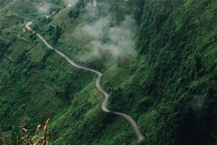 Đường chinh phục 'Vách đá thần' trên đỉnh núi Cô Tiên hớp hồn dân du lịch - 1