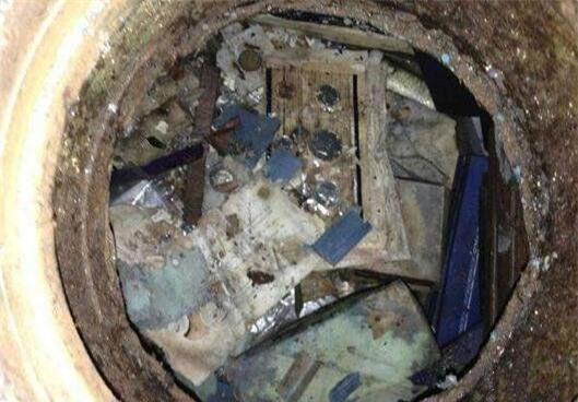Phát hiện chiếc két sắt cũ dưới sàn nhà ông bà, vừa mở ra xem, người đàn ông bị sốc khi thấy những thứ bên trong - Ảnh 2.